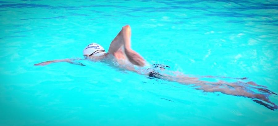 ฝึกว่ายน้ำด้วยตัวเองตอนอายุ 94 ปี